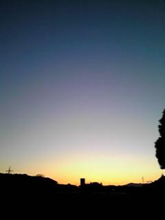 東の夕焼け、西の月