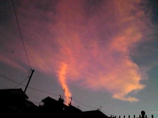 まるで竜巻雲のように縦に伸びた雲が…