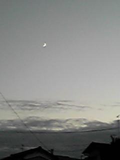 ちょこっとだけの夕焼け、でも三日月のお月様が