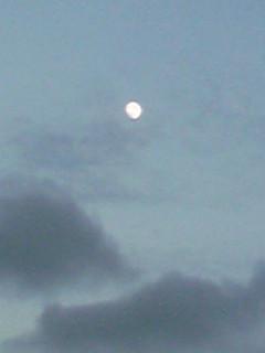 幻想的な夕空と対照的な穏やかな月(西と東)