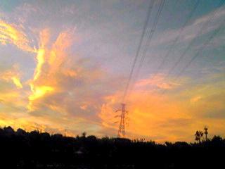 広く高い空に広がる夕焼け色