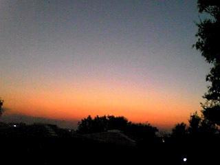 陽が落ちて…茜の空に飛行機雲♪
