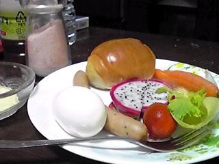 今朝の朝食、フルーツはドラゴンフルーツ♪