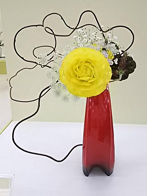 今夜は先日お邪魔した池坊神奈川連合支部花展「草木のささやき」1次展に飾られた花たちを少しだけ‼