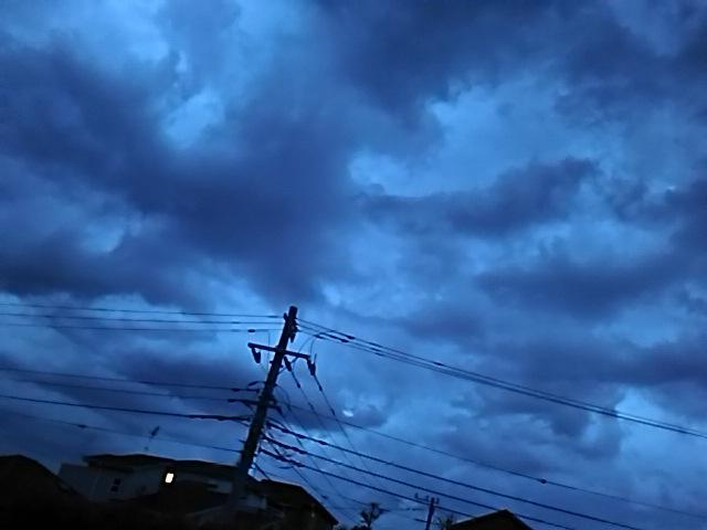 こちらは昼過ぎから雲が増え時々雨も。 。。の空