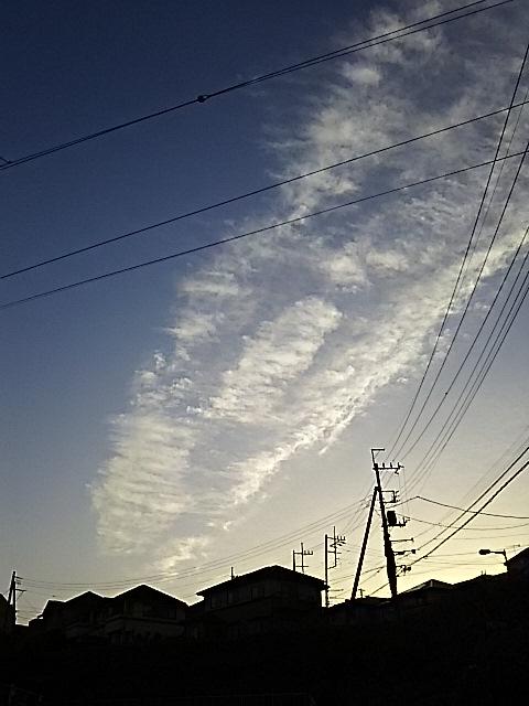 夕方散歩の空(雲?と月)