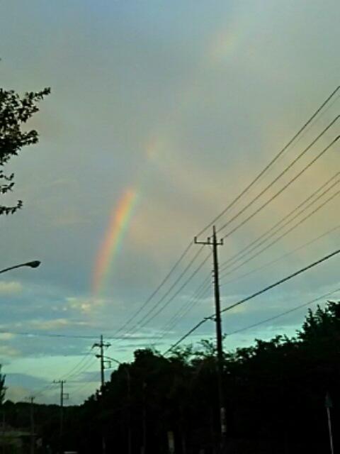 虹が掛りやがて燃えるような夕焼けへ